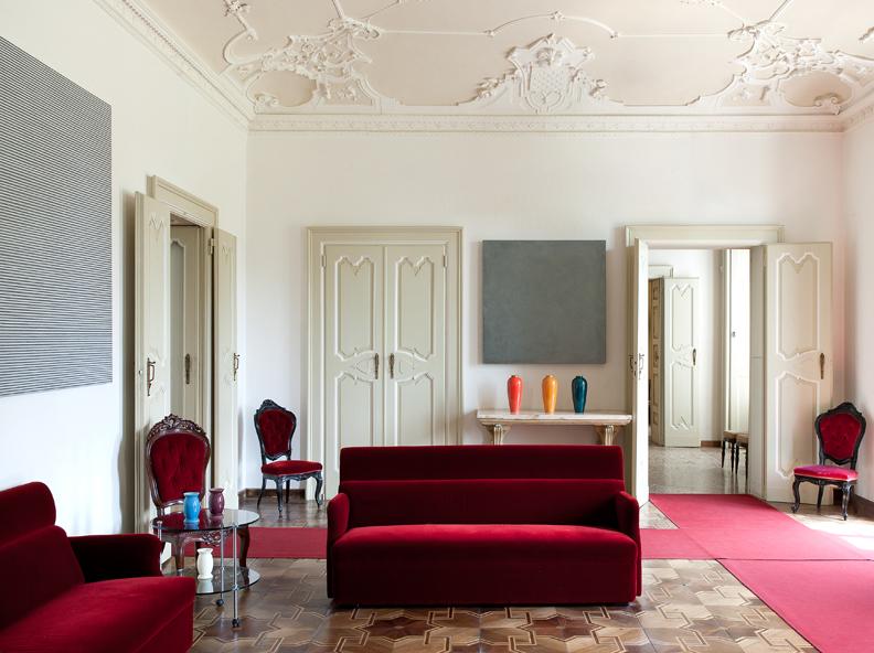 Villa and Collection Panza, living room with works by Max Cole and David Simpson (salotto con opere di Max Cole e David Simpson). Photo: Arenaimmagini.it, 2013 © FAI - Fondo Ambiente Italiano