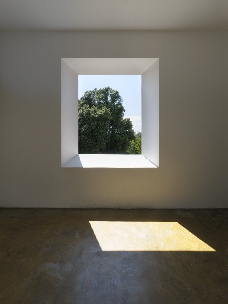 Robert Irwin, Varese Portal Room, 1973, Vertical portal cut to outside park, Solomon R. Guggenheim Museum, New York, Panza Collection, Gift, 1992, Permanent Loan to FAI - Fondo Ambiente Italiano. Photo: A. Zambianchi ÔÇô, Simply.it, Milano