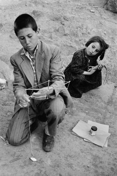 9. Riboud_Preparing Kites