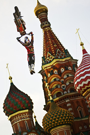 Joerg Mitter (Austrian, born 1980). Levi Sherwood of New Zealand performs in front of the St. Basil's Cathedral in Moscow's Red Square, Russia, June 24, 2010. Color photograph. Joerg Mitter // Limex Images