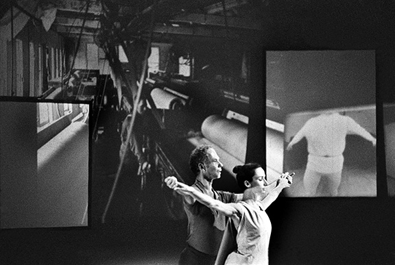 "Merce Cunningham et Carolyn Brown dans le ballet ""Variations 5"", Hambourg, studios de la télévision Norddeutscher Rundfunk, 1966. Merce Cunningham and Carolyn Brown performing in Cunningham's Ballet ""VariationsV"" at the Norddeuscher Runfunk TV studios in Hamburg, 1966."