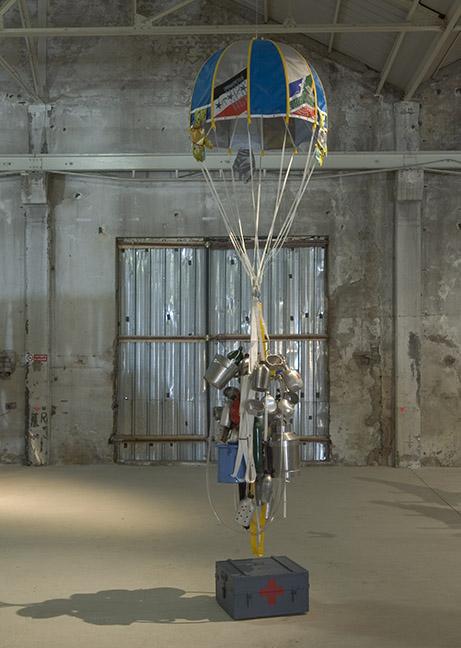Lucy et Jorge Orta - Drop Parachute