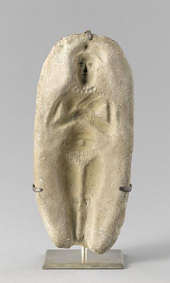 Moule de femme nue debout, les mains jointes
